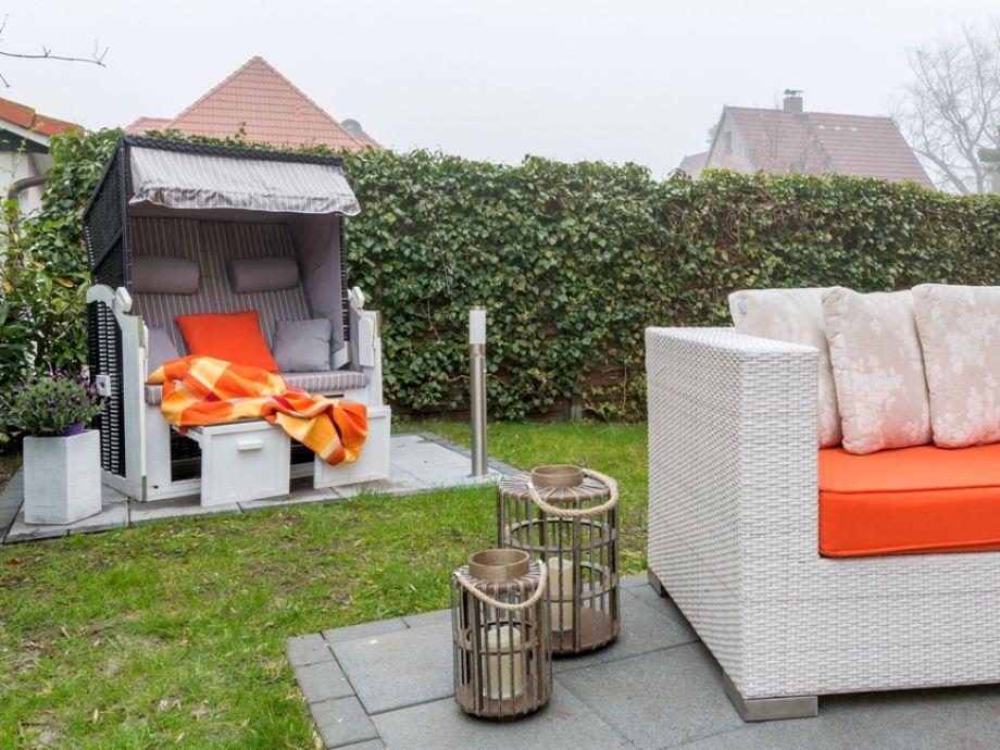 strandkorb-und-loungesofa-warten-auf-sie
